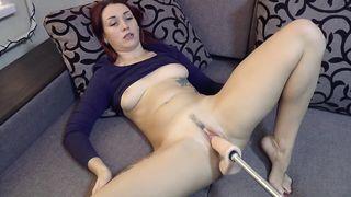 Русская дама дает поиметь себя в гладкую пизду секс-машине в гостиной