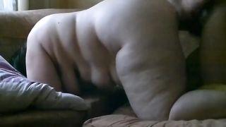 Тощий пасынок выебал толстую мачеху раком в пухлую пизду в гостиной