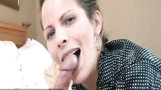 Зрелая жена сосет кривой и волосатый хуй мужа и лижет его яйца перед камерой