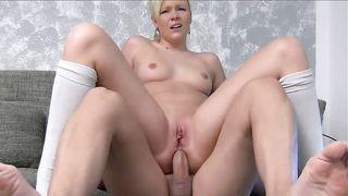 Замужняя блондинка насаживается на кривой хуй узким очком сверху и громко кончает