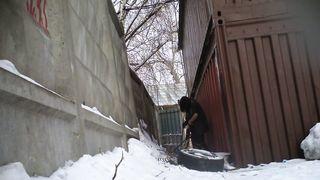 Русские девчонки писают зимой на улице и попадают на скрытую камеру