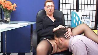 Молодой человек сделал начальнице куни в офисе