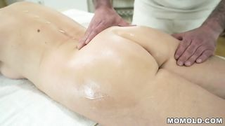 Массажист сосет ноги зрелой старухи и имеет её в анально-вагинальную щель