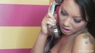 Китаянка дрочит в таксофонной будке во времячко секса по телефону