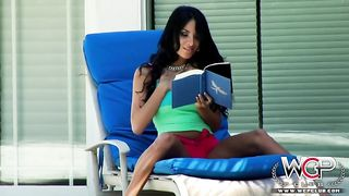Anissa kate онанирует и трахается с африканцем в анал, заведясь от чтения романа