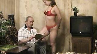 Внучка за трахала деда красным бельм и дала в половую щелочку по окончании отсоса члена