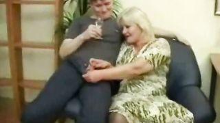 Мама отметила развод сынка, трахнувшись с ним по пьяни
