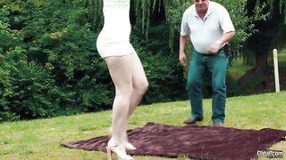 Милая внучка елозит вагиной по морде деда и трахается на пикнике