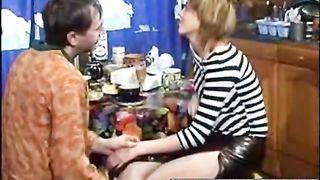 Дочь облизывает хуй отцу алкоголику и ебется с ним в шмоньку