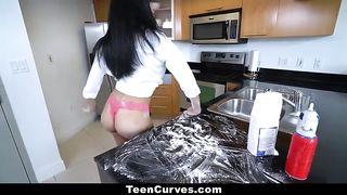 Шлюха-латинка не испекла пирожки и была больно выебана на кухне