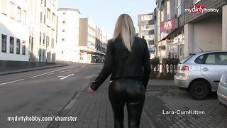 Сперма на анальчику немки вскоре после отсоса члена, пока она гуляет по франкфурту