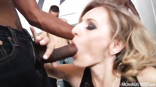 Замужняя шлюшка устроила анально-вагинальную скачку на огромных нигерских пенисах