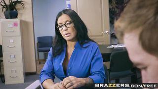Банкир трахнул пышную секретаршу, разорвав на ней колготки в офисе