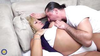 Байкер вылизывает дырочку толстой пенсионерки и вставляет в неё хуй
