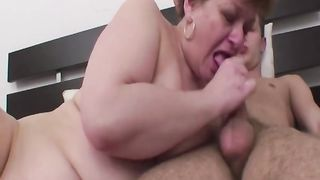 Толстая мамаша долбится в очко с другом сынка