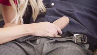 Первокурсница облизывает соседке анальное отверстие в слюнях, покуда препод ебет вульву