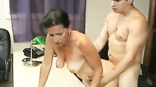 Пожилая начальница кончила женским оргазмом от ебли с охранником