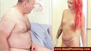 Рыжая медработница с омерзением ласкает крохотный хуй волосатого толстяка