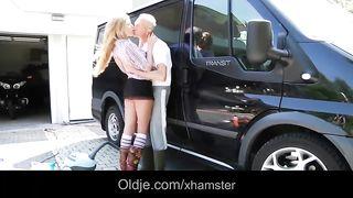 Дед трахнул молодую внучку в кузове только лишь вымытого опеля транзит