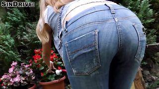 Сантехник трахнул деревенскую цветочницу, разодрав на ней брюки