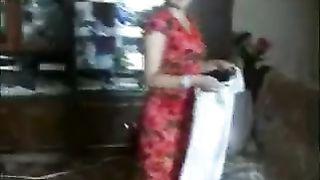 Сын заценил обновки мамочки и от трахал её на полу в гостиной