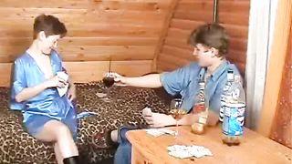 Подвыпившая русская мамочка проиграла сынку инцест в карты