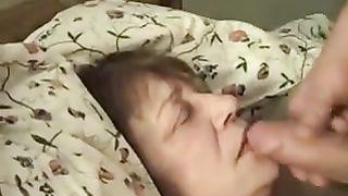 Внучок онанирует хуй и спускается камшот на милое личико сонной бабули