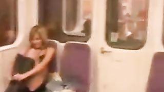 Сняла одежду и показала сисяндры за баксы в метро