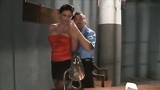 Супруга мафиози ебется с тюремным охранником ради освобождения мужчины
