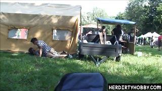 Выпившая парочка дрюкается на панк концерте за палаткой с мерчем