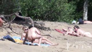 Скидывает на камеру минетик в исполнении зрелой нудистки на пляже
