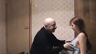 Русская дочка прыгает на пенисе большого папаши