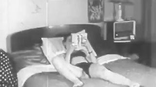Немая ретро порнуха с поревом швеи и её соседа по квартире