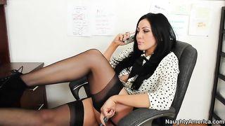 Шеф трахает секретаршу, создав ей куни в офисе