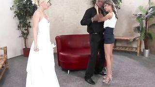 Невеста с подругой лижут вдвоем огромный черный хуй жениха