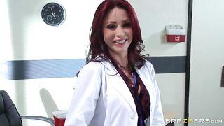 Рыжая докториха в татухах трахается в анальную вульву в медбратом